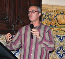El doctor Eduard Serra en un momento de la charla